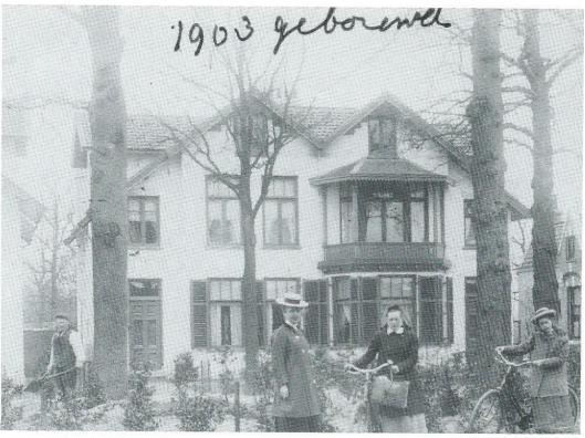 In 1903 zijn door aannemer Van Amstel twee dubbele witgepleisterde villa's gebouwd. Op nummer 15 woonde de gepensioneerde kapiteien en paardenarts G.W.van der Wal, later notaris J.A.de la Hayze. Op nummer 17, links op de foto, mej. A.C.van Lennep, een zuster van de burgemeester, die het 'Klein Welgelegen noemde naar aanleiding van het ouderlijk huis 'Welgelegen' aan de Herenweg. Op nummer 19 mej. J.van Heukelom en bij haar inwonend wijkzuster mej. J.König. Het heette 'Elisabeth's Hof' waarvan mej. Van Heukelom zowel hoofdzuster als directrice is geweest. Mej. König is in 1982 op 87-jarige leeftijd overleden in tehuis 'Spaar en Hout' te Haarlem