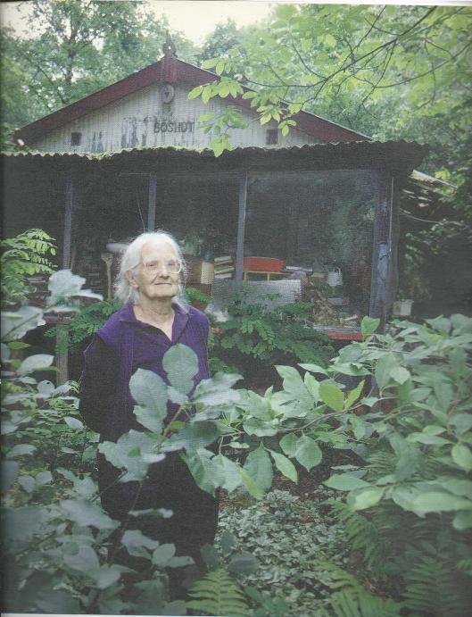 Sonja Prins op latere leeftijd (85) voor haar boshuisje In Baarle Nassau. Foto van Bert Nienhuis, gepubliceerd in Vrij Nederland van 9 augustus 1997, waarin een uitvoerig artikel van Rinke van den Brink onder de titel: 'De BVD saboteert de familiegeschiedenis van Sonja Prins'.