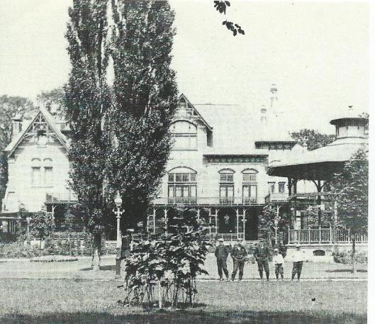 Foto van het Brongebouw uit omstreeks 1900 toen nog in volle glorie, na een neergang in 1932 gesloopt.