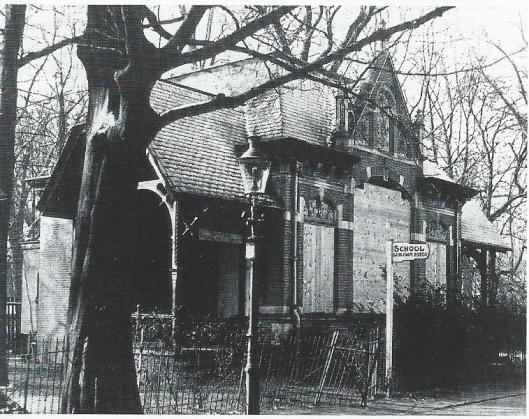 De drinkhal van het brongebouw waar bezoekers het 'natuurlijk keukenzouthoudend staalwater' konden drinken, op deze foto kort voor de sloop in 1939