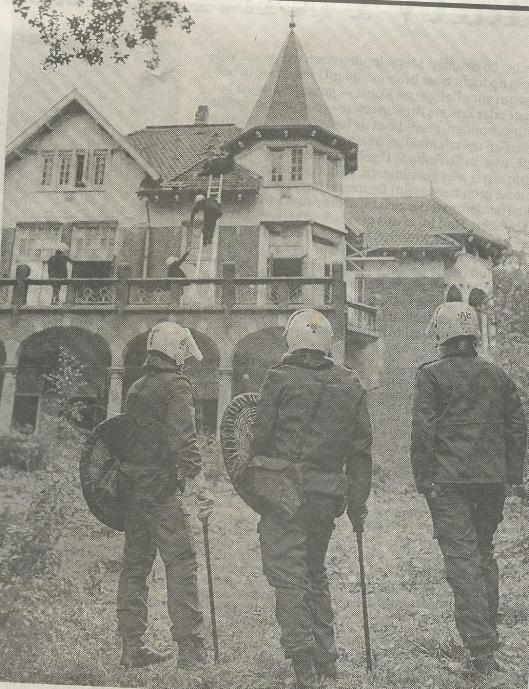 Ongeveer 150 politiemensen werden ingezet bij de ontruiming van Eikenrode (Haarlems Dagblad, 26-10-1992)