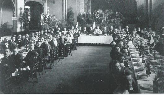 De grote zaal in het Brongebouw Haarlem, waar in 1908 de Muziekvereniging Haarlem (bestaande uit personeelsleden van de Hollandse IJzeren Spoorwegmaatschappij) in 1908 het 12,5 jarig bestaan vierde.