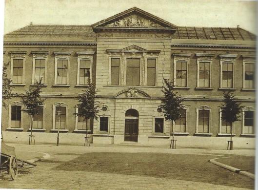 De particuliere school van Hubregtse, ook wel 'Eerste Opleidingsschool voor Jongens' genoemd aan de Wilhelminastraat 43 in Haarlem waar Apie Prins naar schoolging.