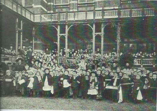Op initiatief van de Bond van Nederlandsche Onderwijzers, afdeling Haarlem, een Sint Nicolaasfeest voor leerlingen van openbare scholen in Haarlem. Dat festijn had plaats in het Brongebouw.