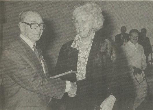 De heer A.A.van Amerongen ontvangst het eerste exemplaar van 'Heemstede 1940-1945; een gemeente in bezettingstijd' uit handen van burgemeester N.H.van den Broek-Laman Trip (Weekblad Heemstede, 1995 foto Jan Vermey).