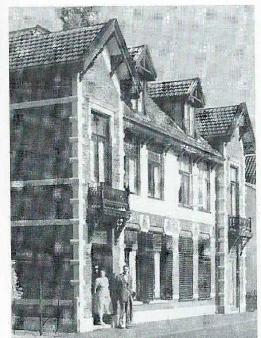 Foto van omstreeks 1950. Ik sta hier als jong student voor de deur, mijn moeder (op 102-jarige leeftijd overleden) staat in de deuropening.