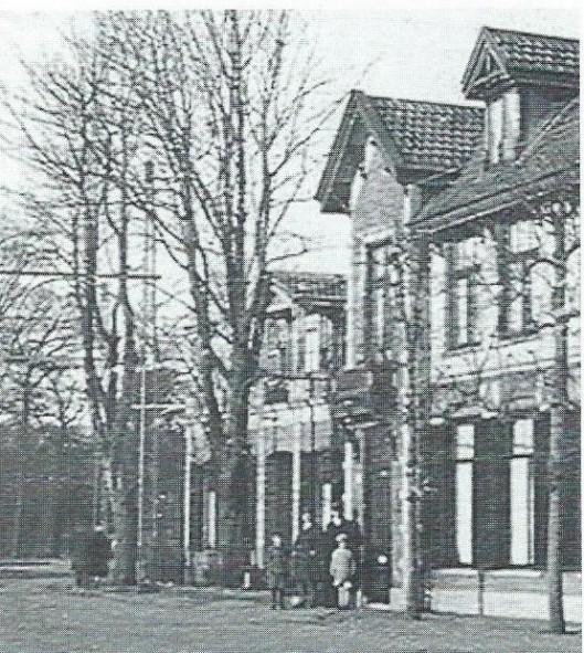 Foto uit circa 1920. Er staan nog lei-linden voor het huis ingeklemd tussen de trambaan en de gevel. De grote beuken in de tuin en op de stoep van de buren op Bronsteeweg 100 staan er ook. Die beuken en linden waren er ook toen wij hier kwamen wonen, niet lang daarna werden ze gerooid.