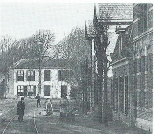 Bronsteeweg met aan het eind de dubbelvilla 96-98 en een gezicht op Leeuw en Hooft. Voor het grote huis (96-98) zien we het huisje van kapper Maartense en daarvoor weer het pand van de familie Hooreman die het café Nieuw Rosendael op de hoek van de Overboschstraat dreef. Foto uit omstreeks 1910.
