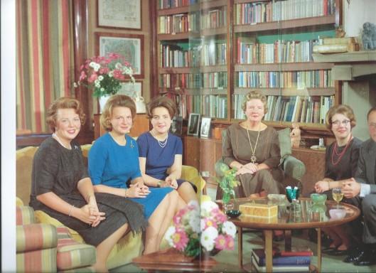 De koninklijke familie op 30 november 1963 in de bibliotheek van Soestdijk