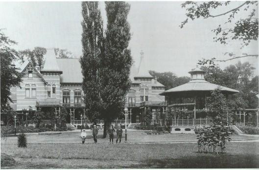 Het Brongebouw in het Frederikspark vanuit de tuin naar het noorden, 1909