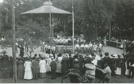 Gymnastiekuitvoering ter afsluiting van een sporttentoonstelling in de tuin van het Brongebouw, 1910. (Uit: De Groene Stad, 2002).