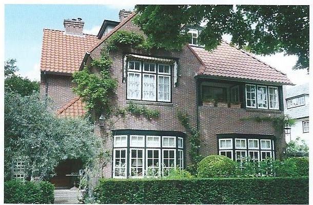 Als woonhuis voor hemzelf ontwierp Andries de Maaker het pand Crayenesterlaan 21 in Engelse landhuisstijl (foto Klaas de Jong).In dezelfde stijl ontwierp hij het huis ernaast op nummer 19.
