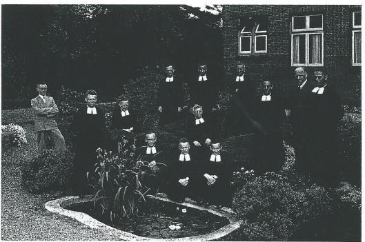 Broeders en leken poseren als personeel van de Henricus-ulo, schoolhaar 1947-1948. In het midden broeder Willibrordus die Duits doceerde en vanerge zijn postuur en fysiononie de bijnaam 'de bul' had. Volgens Martin Bunnik, die zowel io de Franciscus lagere school in Bennebroek zat als de Henricus ulo in Heemstede hadden de meeste broeders van de Henricus een bijnaam. Zelf geboren en getogen Bennebroeker 'verzamelt' hij momenteel bijnamen die vroeger in Bennebroek in zwang waren. Voorts schrift hij een boek over de geschiedenis van Huis te Vogelenzang en Teylingerbosch en hun bewoners. En passant tracht hij als verkeerskundige de provinciale besturen van Noord- en Zuid-Holland ervan te overtuigen dat men met de geplande Duinwijkerweg als oost-west verbinding een heilloze weg inslaat.
