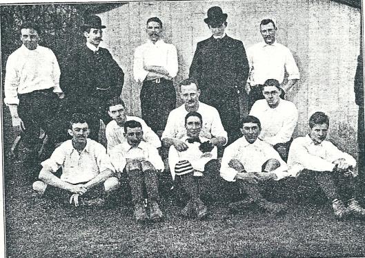 Het elftal met twee bestuurders van H.F.C. 1 in het seizoen 1901-1902. Bopven v.l.v. W.van Waveren, M.Loosjes, A.van Waveren, M.Teunissen en J.J.Swens. Midden: Apie Prins, E.Moltzer en M.Hulshoff Pol. Vooraan zittend: Th. van Manen, I.Rodrigues Pereira, J.Ferf, M.van Leuven en E,.Holdert