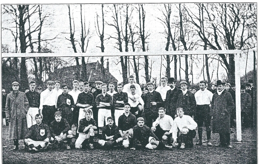 H.F.C. seizoen 1902-1903. Achter v.l.n.r.: W.van Waveren, E.Holdert, J.Smit, J.Cherieux, Apie Prins, M.Teunisen, J.Goosens, I.R.Pereira. Midden: F. van Gogh, E.Moltzer, M.Henry, M.Loosjes.Vorran de 3 persinen meest rechts: J.de Meijere (scheidsrechter, L.v.d.Graaff en J.de Kanter.