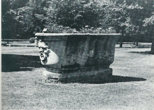 Marmeren bad met aan weerszijden uitgewerkte satermaskers met ringen, omstreeks 1761 in Rome gemaakt en aldaar gekocht door John Hope. Tegenwoordig nog als tuinornament aanwezig op Bosbeek