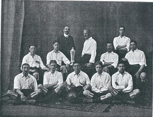 Het eerste elftal van H.F.C. seizoen 1903-1904. Boven v.l.n.r.: M.Loosjes, E.Moltzer, J.Ferf. Midden: J.M.Cherieux, Apie Prins, J.Swens en W.van Waveren. Voraan; I.Rodriques Pereira, E.Holdert, L.v.d.Vinne, M.Henny en F.v.d.Vinne.