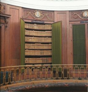 Op de omloop van de Ovale Zaal (in 1784 voltooid) bevindt zich de ganderij met 12 ingebouwde boekenkasten, waaronder deze bestemd voor encyclopedieën