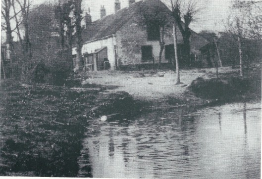 Het 19e eeuwse Bullenhofje nabij de Glipperweg en Algemene Begraafplaats waar dienstpersoneel van Bosbeek woonde. Het was er armoedig en op 8 juni 1928 zijn de onbewoonbaar verklaarde huizen die vol ongedierte zaten in brand gestoken. Voor het brandweercorps was het een leerzame oefening en het nablussen duurde tot in de kleine uurtjes.