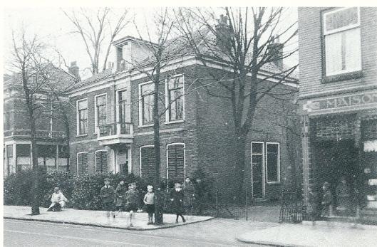 Rechts banketbakkerij Maison Draaisma, midden: het huis thans Heemsteedse Apotheek en links het geslopte huis waar de familie Prins woonde aan de Binnenweg in Heemstede.