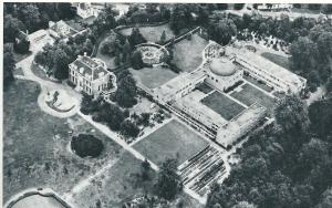Luchtfoto van het Bosbeek-complex uit ongeveer 1970. Met herenhuis en uitbreiding met verpleeghuis en rustoord van de zusters van 'de Voorzienigheid'
