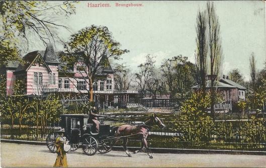 Het brongebouw in het Frederikspark te Haarlem op een prentbriefkaart uit 1905. Gebouwd in 1895 was het ontwerp van de architecten J.A.G.van der Steur en D.E.L.van den Arend.