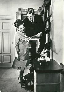 Prinses Margriet en de heer mr. Pieter van Vollenhoven in hun huisbibliotheek, paleis Het Loo