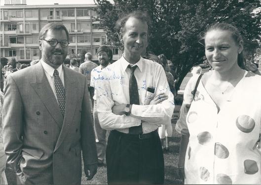 Bij de ingebruikstelling van de Valkenburgerpoort, 13 juni 1992 met v.l.n.r. gemeentesecretaris mw. Willem van den Berg, bibliotheekdirecteur Hans Krol en mw. Fehres, directeur van Fehres Ingenieursbureau/ fonteinenfabiek (foton Vic Klep)