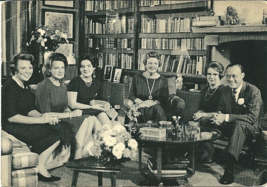 Anjeractie foto M.Koot. Het koninklijk gezin in de bibliotheek. V.l.n.r.: de prinsessen Beatrix, Irene, margriet, koningin Juliana, prinses Marijke (Christine), prins Bernhard