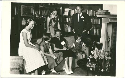 Foto door T.v.d.Reijken uit Delft van het koninklijk gezin, augustus 1955 Bibliotheekruimte paleis Soestdijk met v.l.n.r.: de princessen Irene, Margriet, Beatrix, koningin Juliana, Marijke, prins Bernhard
