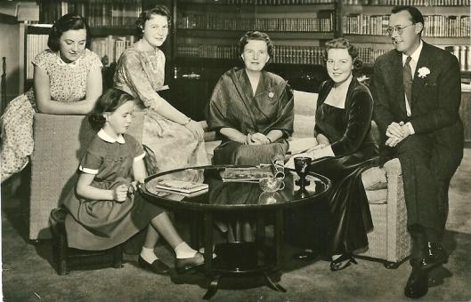 Foto van het koninklijk gezin door M.C.Meyboom uit Amsterdam. Paleis Soestdijk, v.l.n.r. de prinsessen Margriet, Marijke, Irene, koningin Juliana, prinses Beatrix, prins Bernhard.