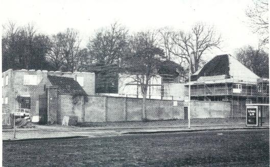 Verbouwing van bijgebouwen Meer en Berg aan de Glipper dreef in 1995. Links naar achteren de vroegere paardenstal en rechts het koetshuis (foto Olga van der Klooster)