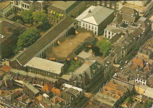 Ansichtkaart van het complex Wittevrouwenstraat van de Universiteitsbibliotheek Utrecht. Te onderscheiden zijn: de kapel en de balzaal (in gebruik sinds 1820) en de poortgebouwen (in gebruik sinds 19160) van het voormalige paleis van koning Lodewijk Napoleon (linker- en rechterzijde op de foto) alsmede het L-vormige bibliotheekgebouw van 1909 (linker- en onderzijde) en het paviljoen van 1975 op de binnenplaats.