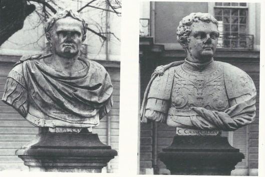 2 borstbeelden van Bartholomeus Eggers in marmer van links Julius Caesar en rechts Caligula in de tuin van Schloss Charlottenburg, Berlijn