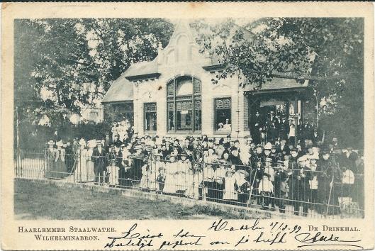 Prentbriefkaart uit 1899 met drukte bij de Drinkhal bij het Brongebouw in de Haarlemmerhout