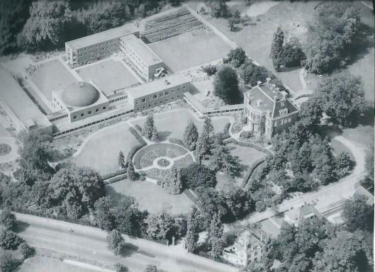 Foto van Aerocarto uit 1961 van Bosbeek en na 1951 aangebouwde accommodaties zoals kapel, klooster, rust- en verpleeghuis