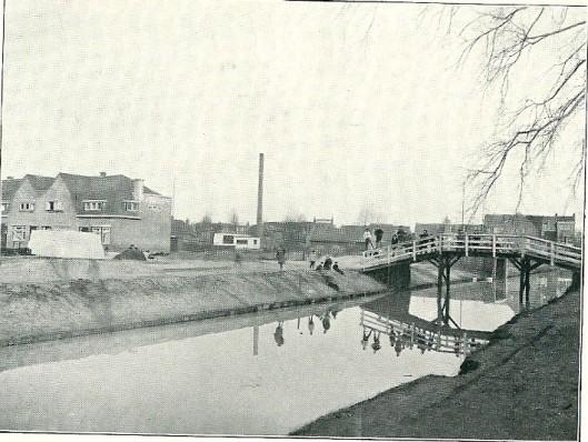 Ter verbindiding van de Esdoornlaan met de Kerklaan werd deze brug van aannemer Gebr. Van den Putten aanvaard
