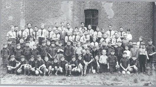 Verkenners poseren voor de vernieuwde ruïne in 1951