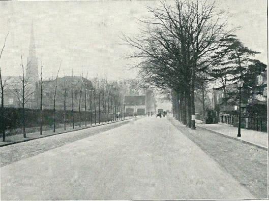 Het nieuwe wegdenk over de Herenweg werd in 1927-1928 gerealiseerd. Op de achtergrond links de H. Bavokerk.