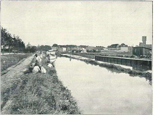 Verbreding van de Zandvaart kwam in 1928 gereed. In de verte is de koepel van Hageveld zichtbaar en rechts de Watertoren.