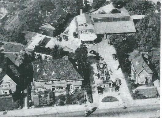 De nieuwe Dreefgarage Van Lent uit 1941 op een luchtfoto uit 1951, nadat het magazijn in laatstgenoemd jaar is aangebouwd. Linksboven de oorspronkelijke koestal die voor de bouw van 1941 als garage fungeerde.