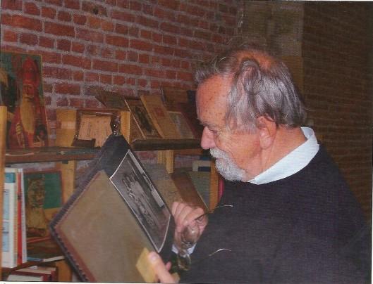 Ab van der Steur, 2005, een foto bestuderend tijdens een BOB-boekenbeurs in de Pieterskerk te Leiden (Uit: Boekenpost, nummer 23, jan/febr. 2013)