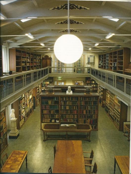 Interieur van de 19e eeuwse Artis-bibliotheek (foto uit: Waanders/Bijzondere collecties UvA: Linnaeus in de Artis Bibliotheek , 2007.