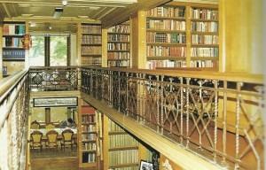 DE bibliotheek gezien vanaf de galerij [Uit: B.Woelderink en M.Loonstra: Het Koninklijk Huisarchief te 's-Gravenhage, 1989]