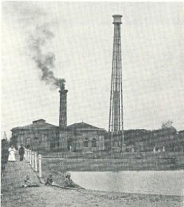 De standpijptoren van pompstation Leiduin - hier op een foto uit 1895 - heette in de volksmond 'de garenklos' en is in de zomer van 1907 gesloopt