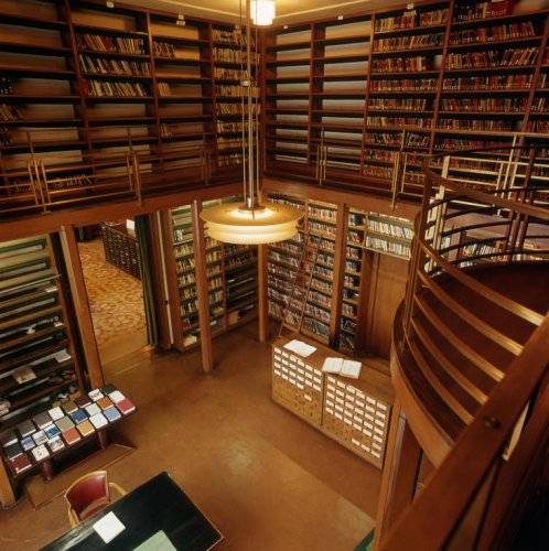 Bibliotheek van Sociëteit De Witte aan het Plein 24 in Den Haag op een afbeelding uit 1971 (foto Cees Hageman)