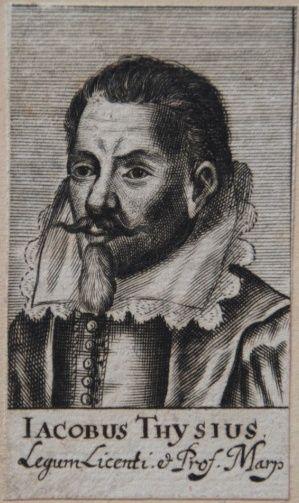 Kopergravure met portret van Jacobus Thijsius, oudoom van Johannes Thijsius. Hij was hoogleraar geschiedenis in Leiden en o.a. bibliothecaris van de Duitse keurvorst Maurits van Hessen. Een deel van zijn privéboekerij ging na zijn verlijden naar Johannes Thijsius.