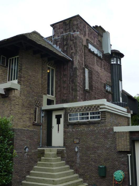 Bijnamen van huizen komen soms ook voor. Een bekend voorbeeld is het in de volksmond geheten 'Spookhuis' aan de Tooropkade bij het Spaarne (foto Maria Teunis)