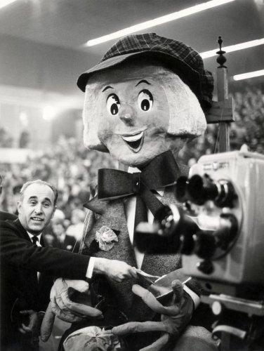 Jan Bomans doneert een bijdrage voor de actie 'Open het Dorp' in de RAI-Amsterdam (1962)