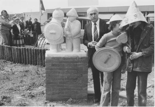 J.A.Bomans bij de opening van de Godfried Bomansschool in Ede.